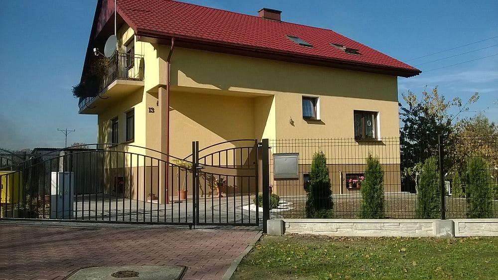 Ogrodzenie z bramą przy domku jednorodzinnym