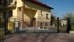 Brama metalowa przy domku jednorodzinnym