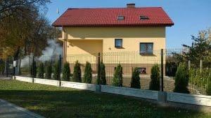 Ogrodzenie przy domku jednorodzinnym