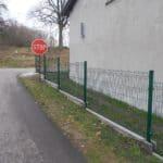 Ogrodzenie na rogu ulicy - metalowe
